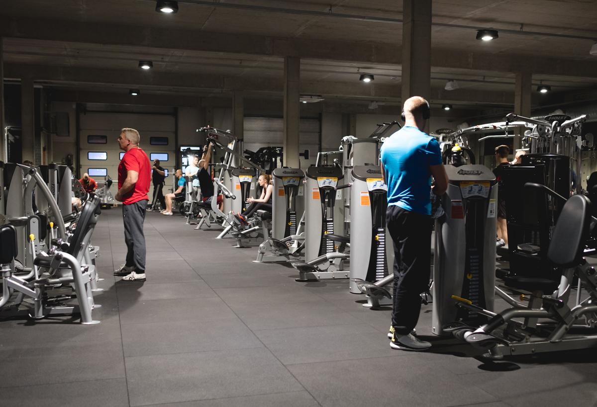 Kuntosalillamme on useita laitesarjoja. Hoistin laitteet ovat nivelystävällisiä ja miellyttävät niin aloittelevaa kuin kokeneempaakin treenaajaa.