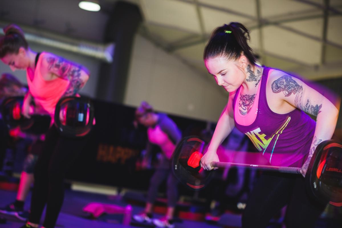 BodyPump -ryhmäliikuntatunnilla kehität lihaskestävyyttä.