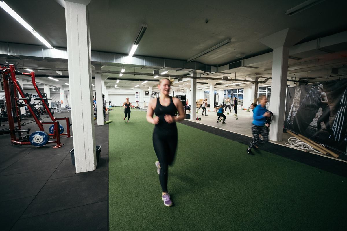 SYKE Training Centerin toiminnalliselta puolelta löydät pitkän nurmisuoran. Juokse, askelkyykkää tai työnnä kelkkaa! Tilaan mahtuu samaan aikaan yksilötreenaajat ja ryhmäliikunta ryhmä.